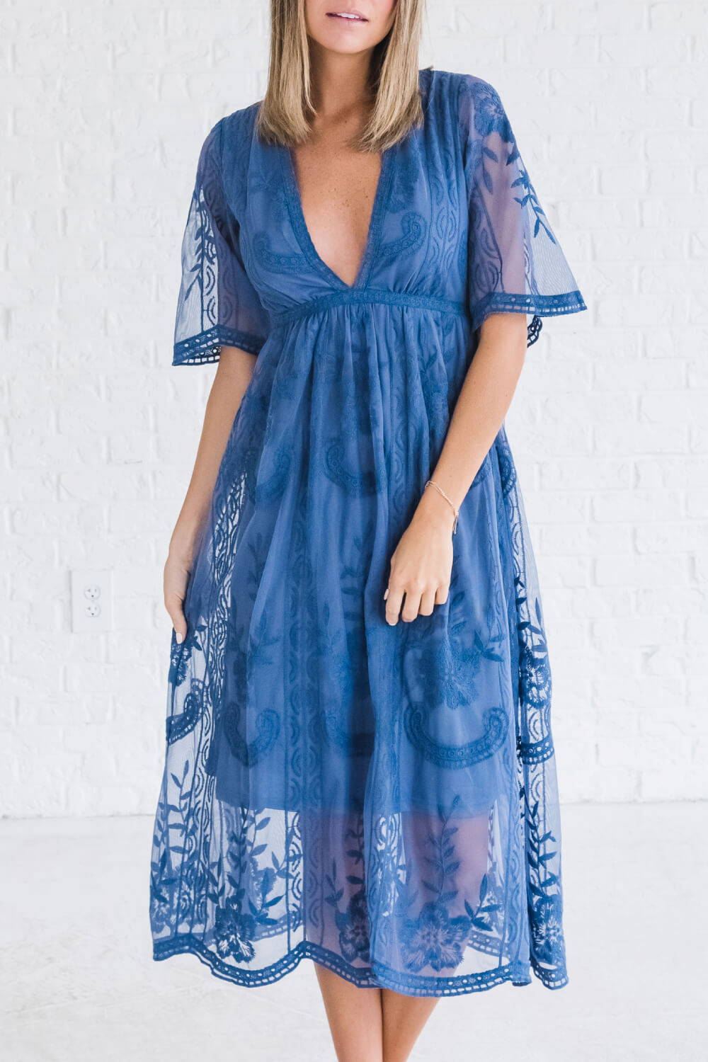 Summer Reading List 2018 royal blue lace dress