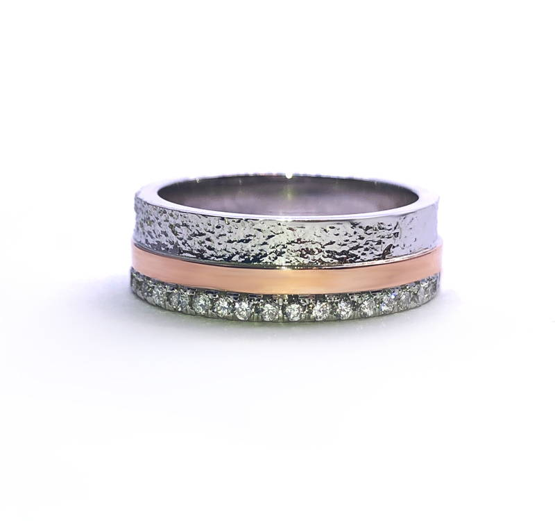 La traversée ring with horizontal band in rose gold with diamond pavé