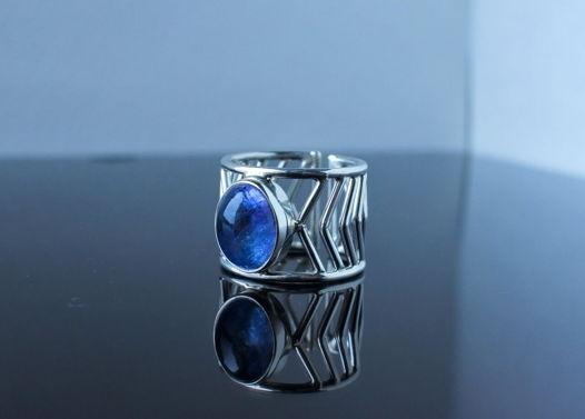 Серебрянное кольцо Стрела с танзанитом