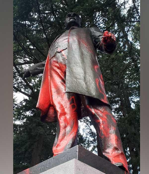 removing graffiti from statue