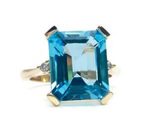 Bague de la bijouterie Flamme en rose avec topaze bleue taille émeraude; Lady
