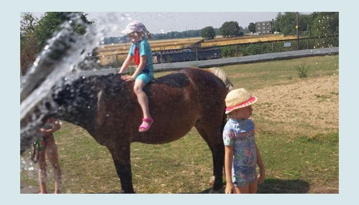iris brosen pferd an pfütze plus kinder