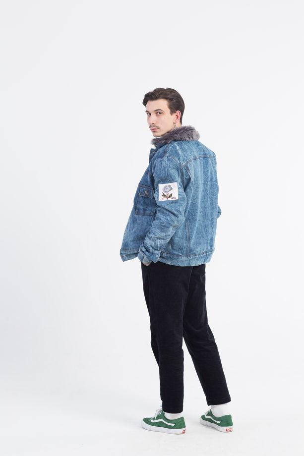 Джинсовая зимняя куртка с искусственным мехом.