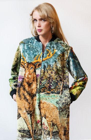 Пальто-ковер олени на природе