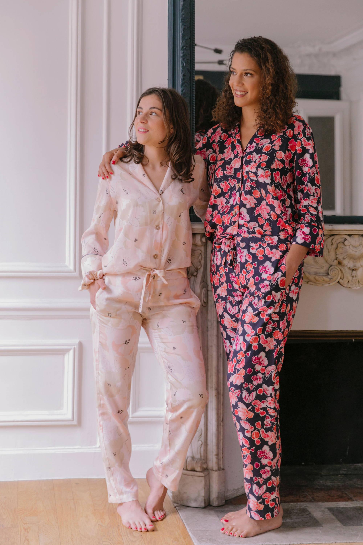 Nêge Paris – Pyjamas chemise pantalon de la première collection automne-hiver dans des coloris bleus et rouges et roses poudrés