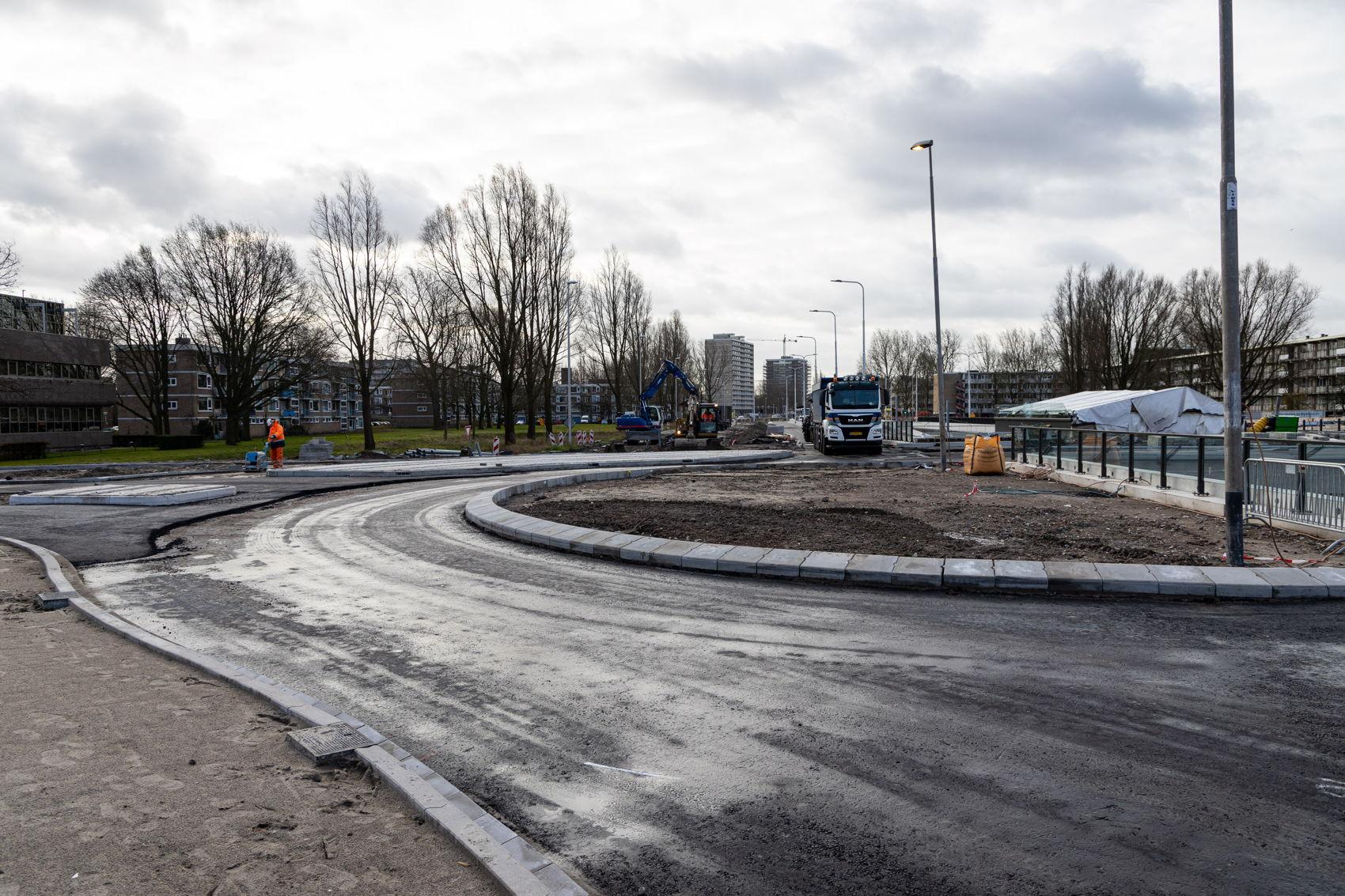 Op maandag 17 februari krijgt de oostkant van de nieuwe rotonde steeds meer vorm. Ietsjes vertraagd door de stortbuien van zondag, is gisteravond dit deel opengesteld voor auto's!