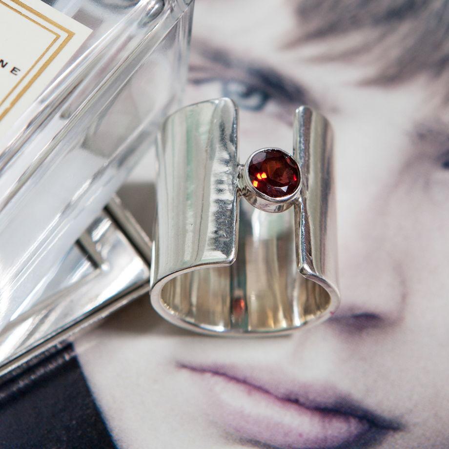 Серебряное кольцо currymoon с натуральным гранатом