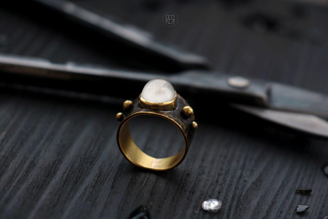 Латунное средневековое кольцо со вставкой из искусственно выращенного камня, состаривание.
