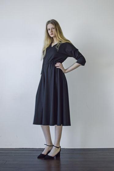 Черное платье миди с V-образным вырезом