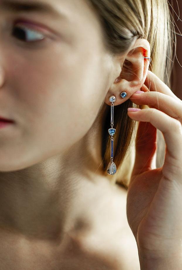 Длинные серебряные серьги-гвоздики с лунным камнем и топазом