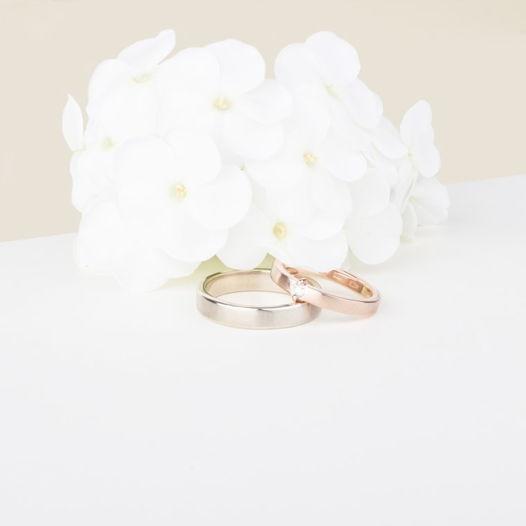 Золотые обручальные кольца с бриллиантом
