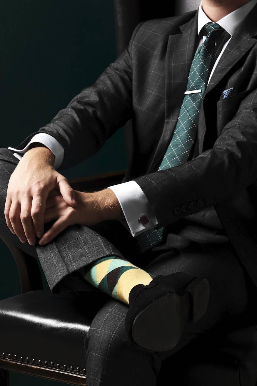 TailorMate   ternet skræddersyet jakkesæt med grønt slips.