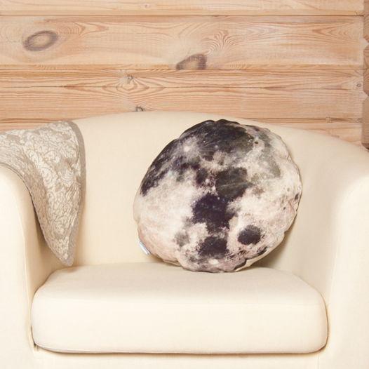 Обнимательная луна. Декоративная подушка из натуральной льняной ткани в виде луны