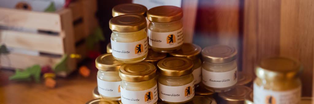 Honiggläser mit Sommerblütenhonig im Verkaufsschrank der Imkerei Fließgold