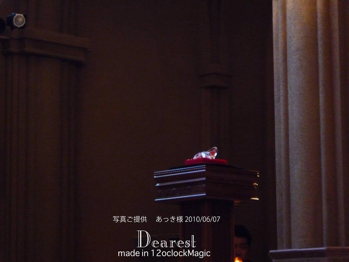 ガラスの靴のリングピロー セレモニーの写真 ガラスの靴は、特別な飾り台に