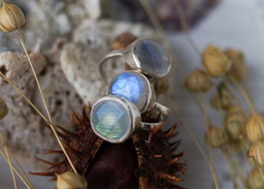 Матовое серебряное кольцо с ограненным радужным лунным камнем