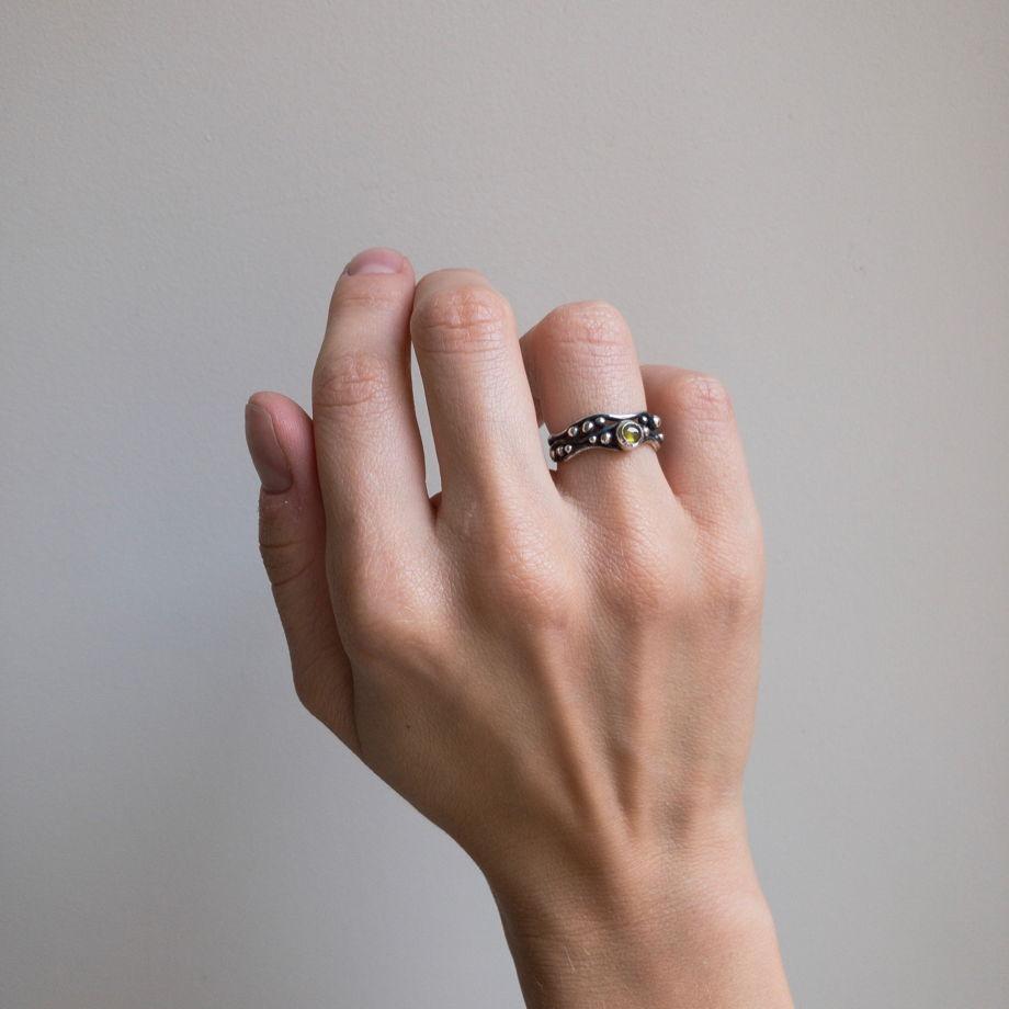 Серебряное кольцо с хризолитом, размер 16,5