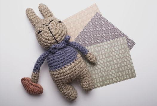 Игрушка вязаная заяц Федя с сердцем