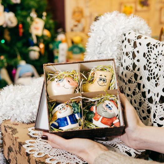 Набор елочных игрушек в новогодней коробке