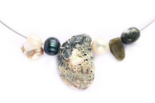 Чокер ручной работы с жемчугом бива, черным жемчугом, ракушкой с пляжа Дубая, белым жемчугом, лабрадором, камушком с включениями пирита