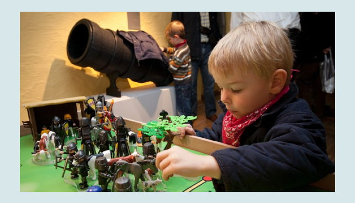 kindermuseum adlerturm kind spielt mit rittern