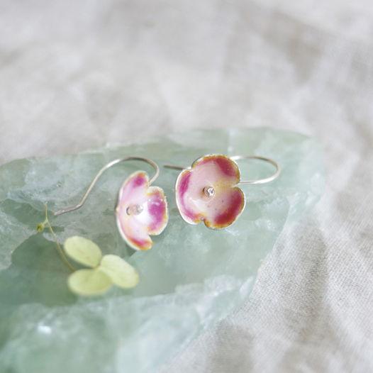 Сережки с горячей эмалью из серебра - цветы яблони