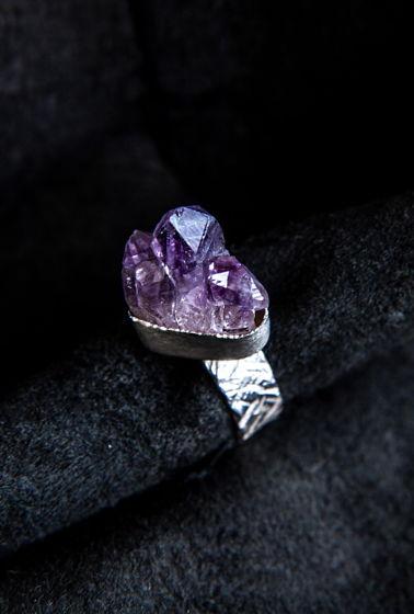 Текстурное кольцо из серебра 925 пробы с кристаллом аметиста