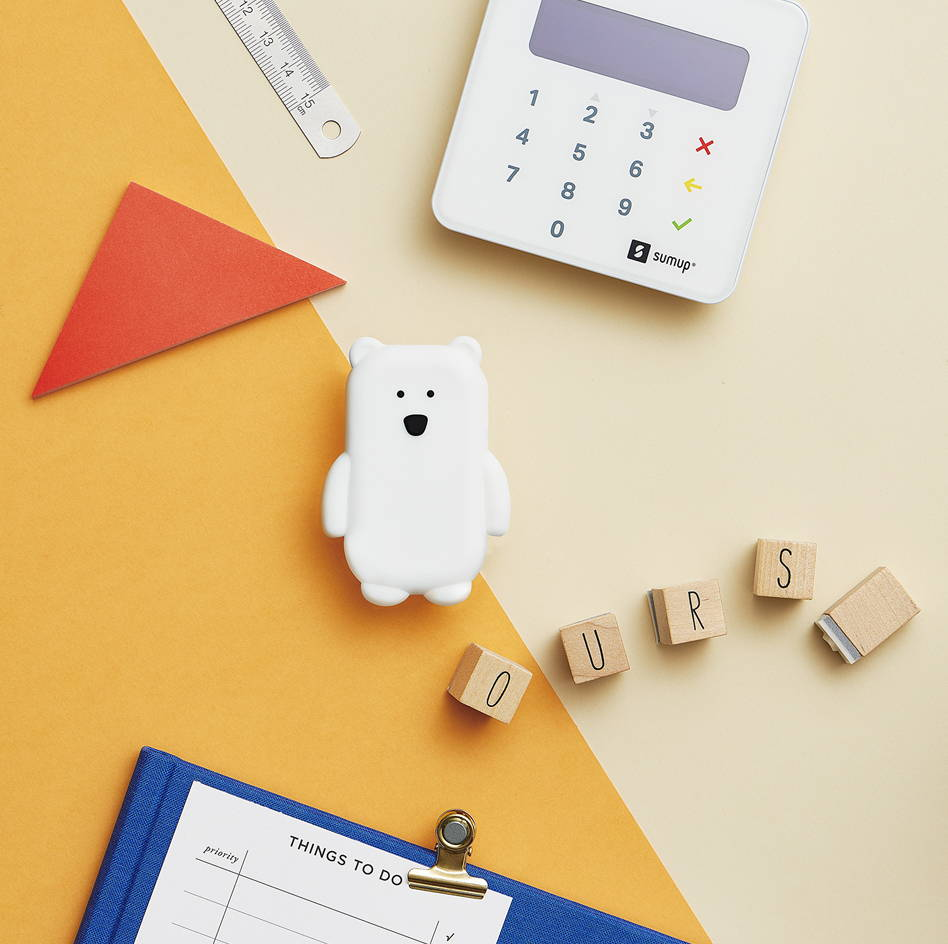 packshot Walkie ours blanc avec courses rentrée avec papier règle et sum up