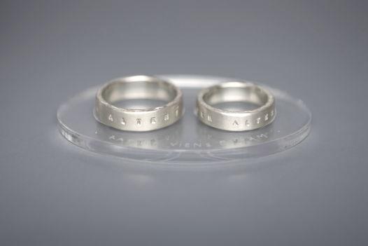 Обручальные кольца с надписью на латыни