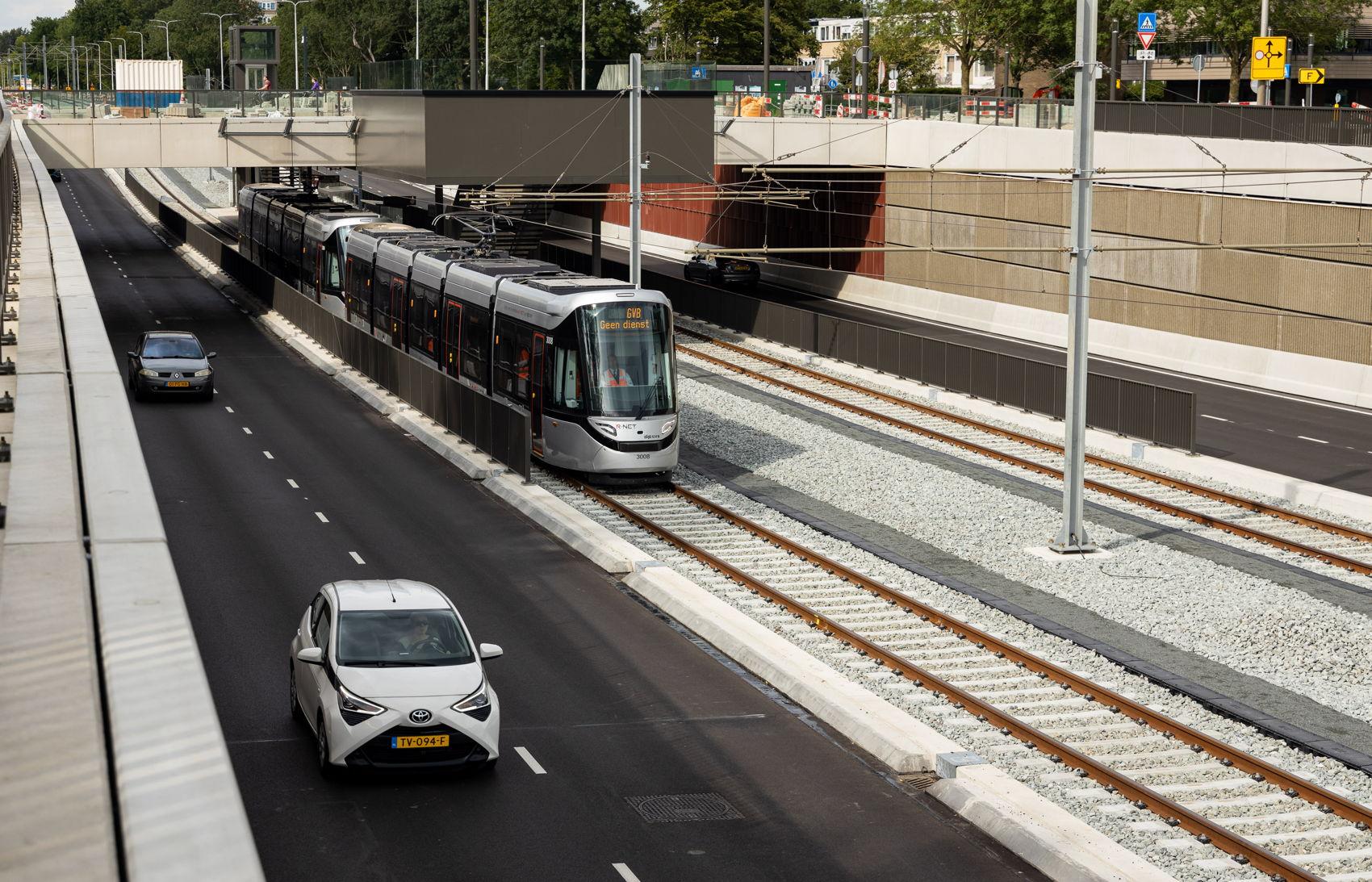 Ook voor het eerst: een tram door de verdiepte bak van de Sportlaan.