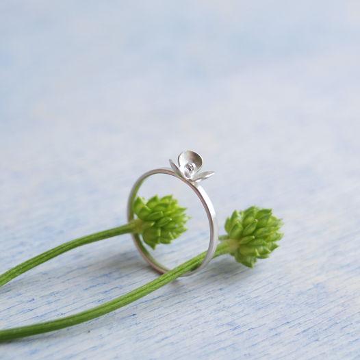 Кольцо ботаническое с маленьким цветочком из серебра