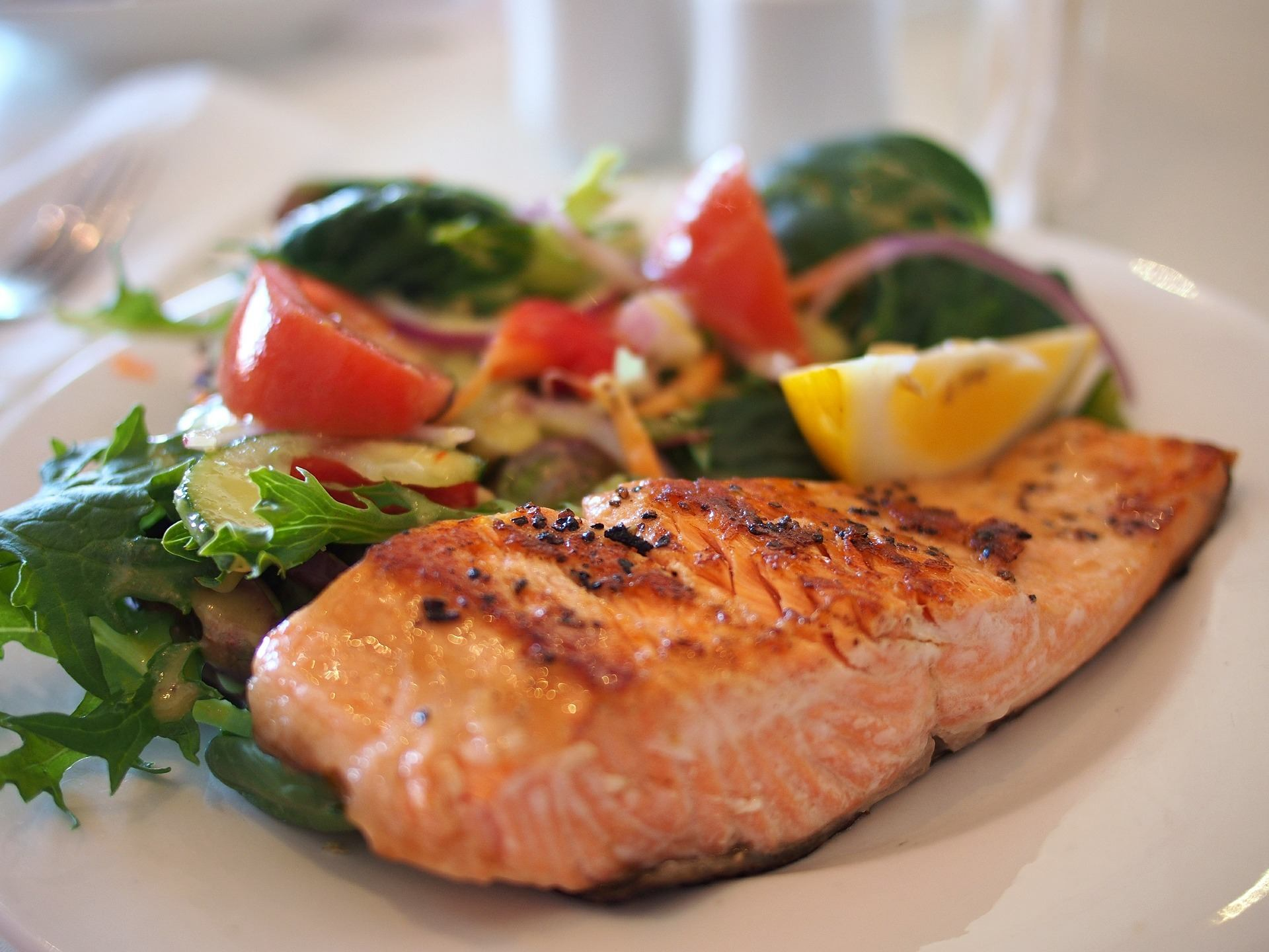 Salmon fillet and vegetables