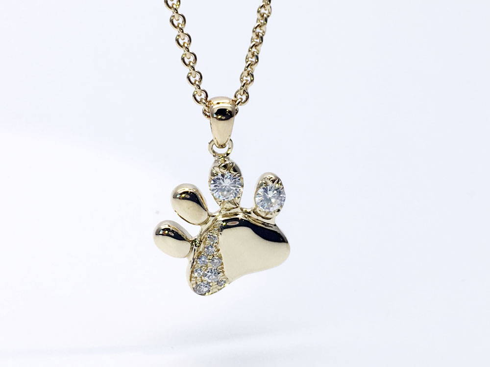 Cat's paw pendant in yellow gold with diamond-paved stones