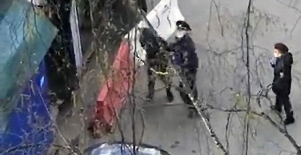 Свидетели засняли на видео жестокое поведение сотрудников МВД в Москве - Новости радио OnAir.ru