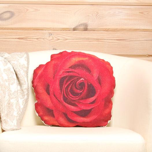 Алая роза. Подушка в виде красной розы