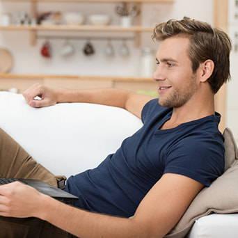 Keilkissen als Lesekissen auf der Couch nutzbar
