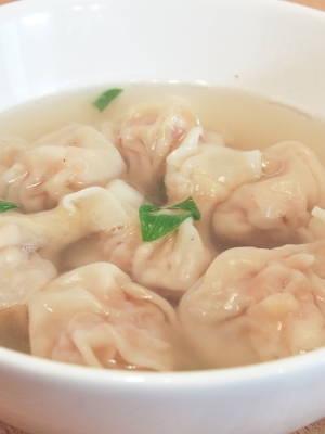 Maultaschen-Suppe mit Fleisch- und Garnelenfüllung