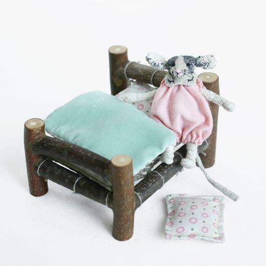 Мышка Зои в деревянной кроватке