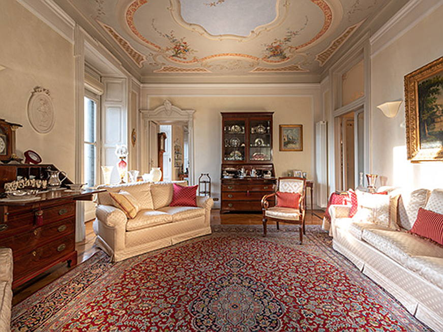 Sintra - Palazzo Luraschi offers a representative apartment on the third floor, overlooking Porta Venezia. It offers a large living room with balcony, a dining room and a study with a fireplace. The asking price is 2.8 million euros. (Caption: Engel & Völkers Milano Porta Venezia)