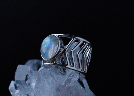 Широкое серебряное кольца Стрела с радужным лунным камнем