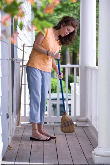 photo de femme faisant le ménage avec un balais
