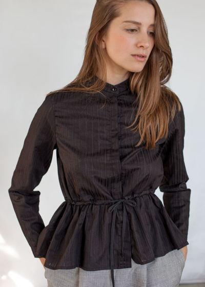 черная рубашка с баской в полоску