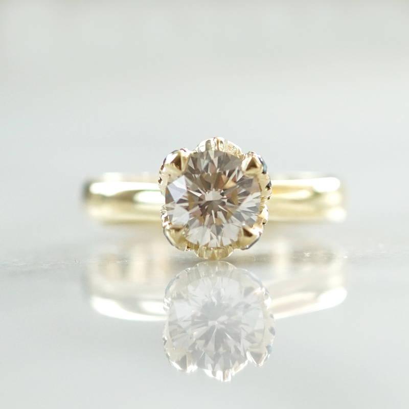 Round diamond gold engagement ring