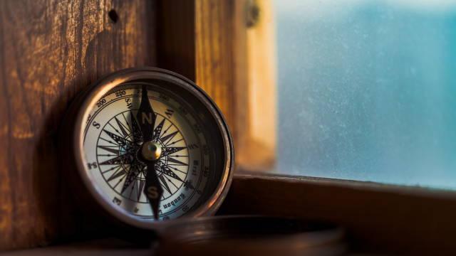 Et kompas, som symboliserer strategi ift. investering