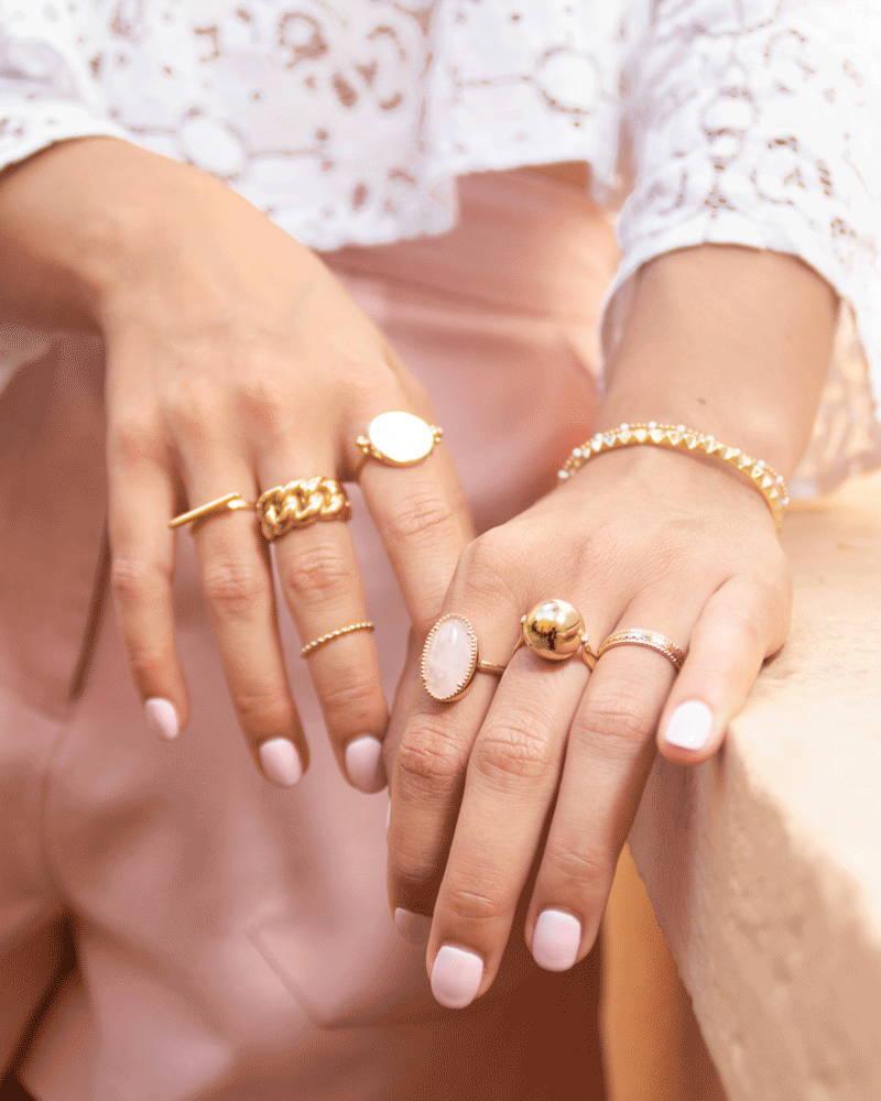 Mains portant des bijoux en plaqué or