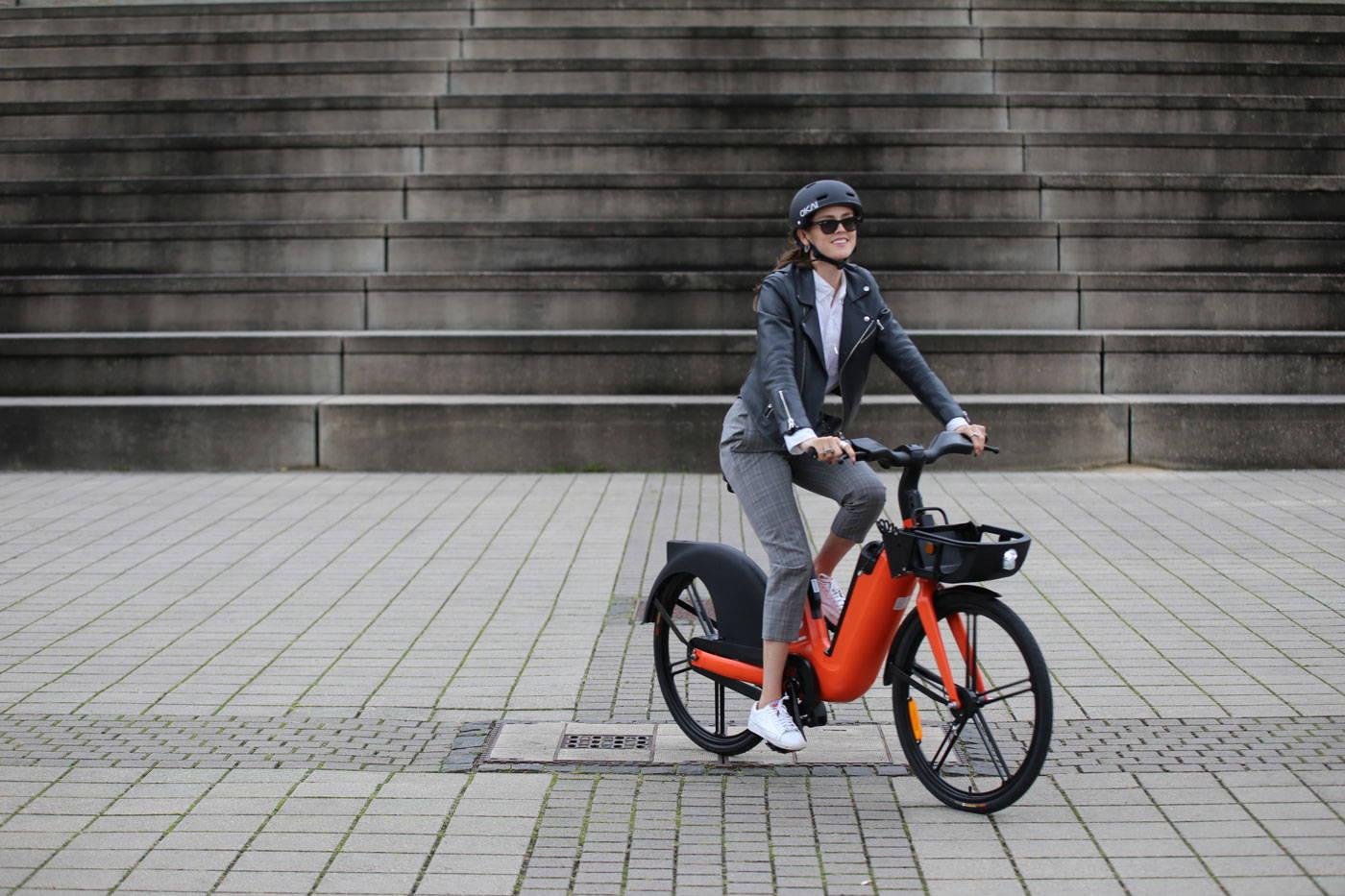 okai-eb100-ebike-woman-riding-on-street
