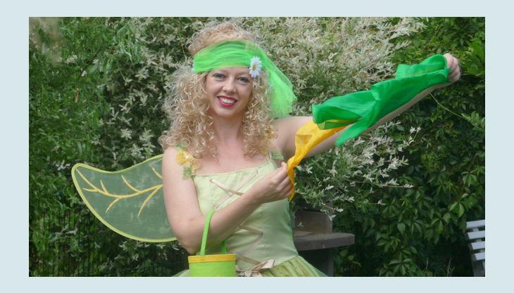 zauberin pippa pelina grünes kleid im garten