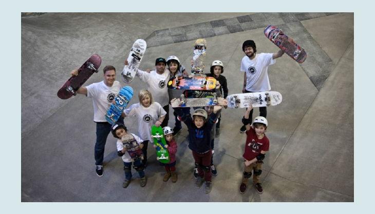 skatehalle berlin gruppe mit skateboards