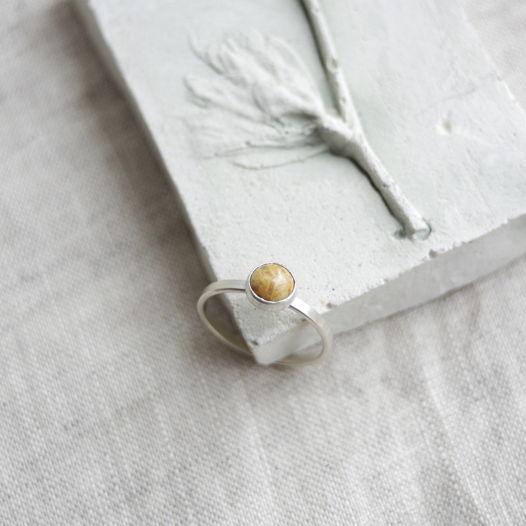 Кольцо из серебра с камнем. Коралл