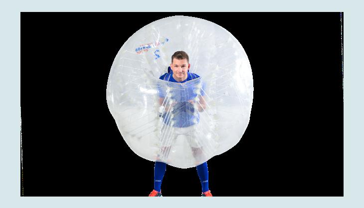 bubblefootball mann bumperzfrontalgebueckt blau